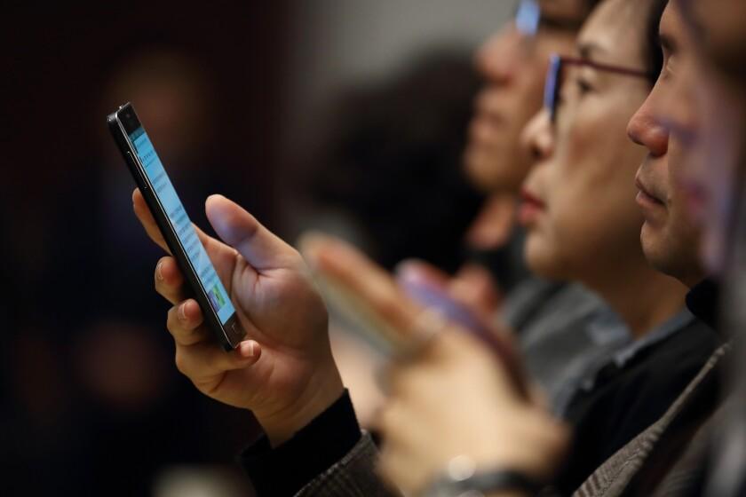 di-smartphone-users.jpg