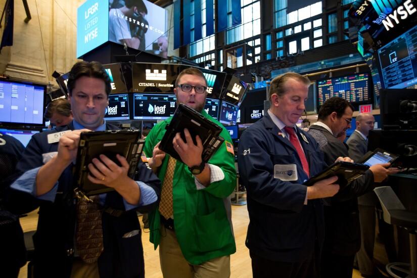 floor-stock-exchange-traders-bl022517